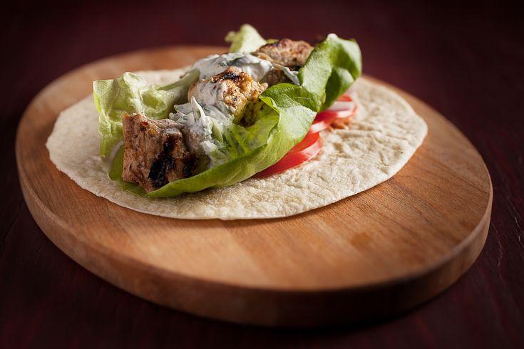 Sandwich souvlaki, tzatziki et oignon rouge mariné | Recettes | Signé M