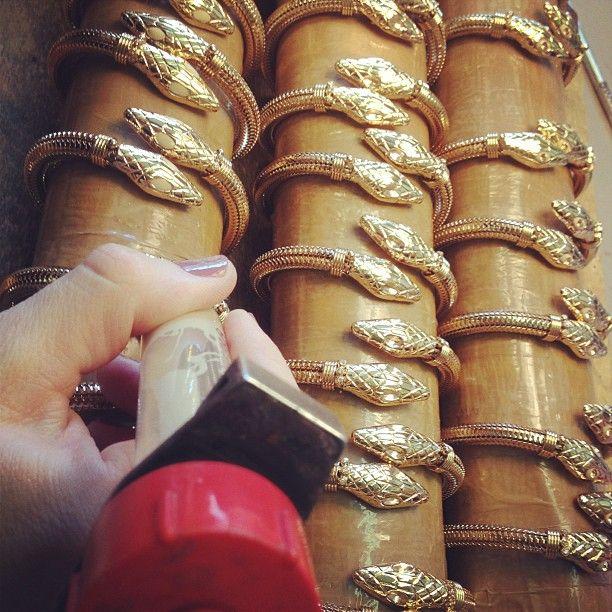 Émaillage des bracelets COBRA or à l'atelier marseillais.  #gasbijoux #bijoux #mode #paris #marseille #sainttropez #milan #newyork #madeinfrance