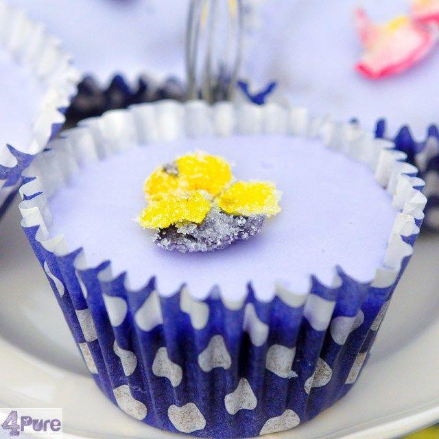 Lavendel cupcakes, een recept met een heerlijke verfijnde lavendel smaak, gedecoreerd met suikerbloemen.