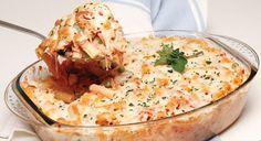 Thunfisch-Gratin aus dem Ofen – 3 Dosen Thunfisch-Filet oder 400 g frischer Thunfisch, 500 g Makkaroni, 150 g Erbsen, 1 Zwiebel, 1 mittelscharfe Chili, 1 geschälte Tomaten, 100 g geriebener K…
