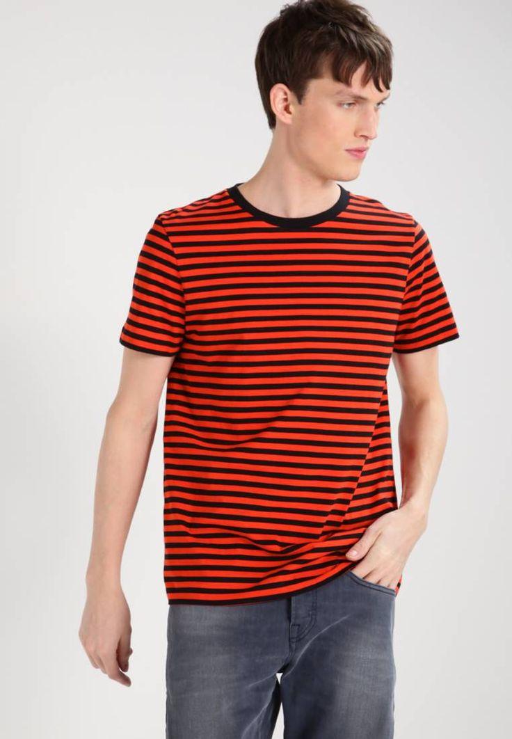 Whyred. ART - T-shirts med print - red. Ermelengde:Korte ermer. Lengde:normal lengde. Totallengde:73 cm i størrelse M. Overmateriale:100% bomull. Mønster:stripet. Materiale:jersey. Passform:normal. Hals/utringning:rund hals. Modellhøyde:...