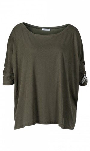 """Essential Squared Tee Patched. Oversized t-shirt i 100% bomuld fra Hunkydory. Modellen er løs i pasformen med bred rund halsudskæring og strammere 3/4 ærmer. På venstre ærme er påsyet et fedt """"pilot""""-mærke, der lige giver prikken over i'et og fremhæver den lækre stil."""