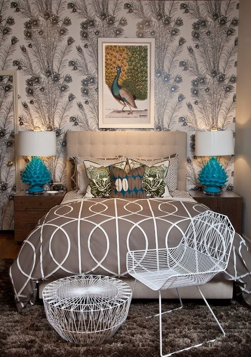 Симпатичные бирюзовые лампы украшают интерьер комнаты в кофейном цвете.