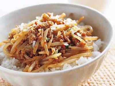 杵島 直美 さんの「もやしの中華丼」。マーボー豆腐のもやし版。シャキシャキの歯ごたえとピリ辛味で、ご飯にぴったり!めん類にのせても。 NHK「きょうの料理」で放送された料理レシピや献立が満載。