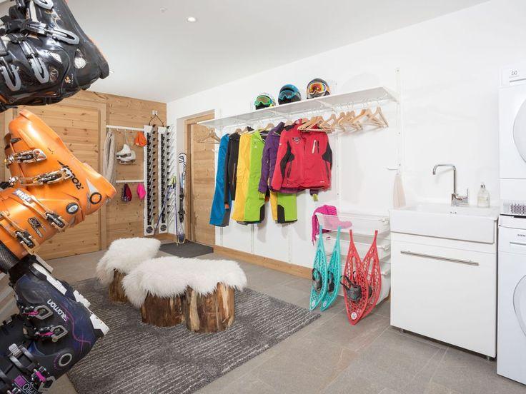 Location vacances chalet Le Grand-Bornand: Ski room  avec sèche gant & chaussure avec coin buanderie.