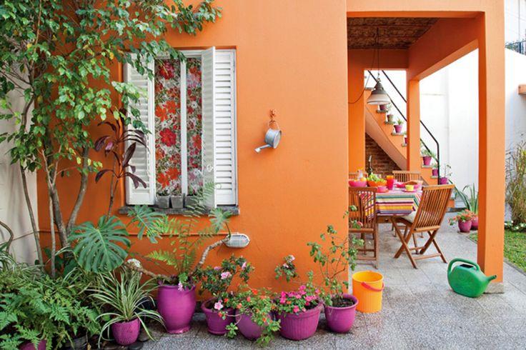 Almohadones, macetas, candelabros y muebles para lograr un espacio al aire libre lleno de luz y tonos vibrantes
