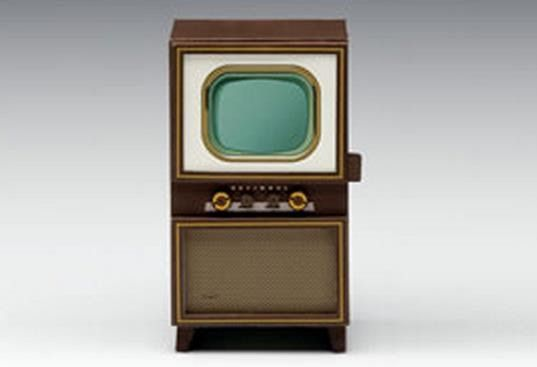 A beautiful paper model of a vintage television in 1/12 scale, by Panasonic Japanese website. Perfect for Doll Houses.   Um belo modelo de...