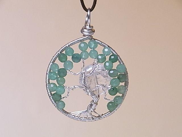 ツリー オブ ライフ(生命の樹)に月を組み合わせた、ロングネックレスです。   幻想的で美しいデザインです。木のリーフには、グリーンアベンチュリンの石を、   月明かりにはクラック水晶を使いました。   石ならではの、ソフトな輝きです。  ワイヤーと石をアレンジして、印象的なデザインに仕上げています。    色:グリーン  素材:グリーンアベンチュリン石。クラック水晶。ワイヤーは銅にシルバーメッキ。紐は、高級合成スウェード紐。  サイズ(およそ):トップ部:直径約4cm。紐の長さ約57cm+約5cmアジャスター。