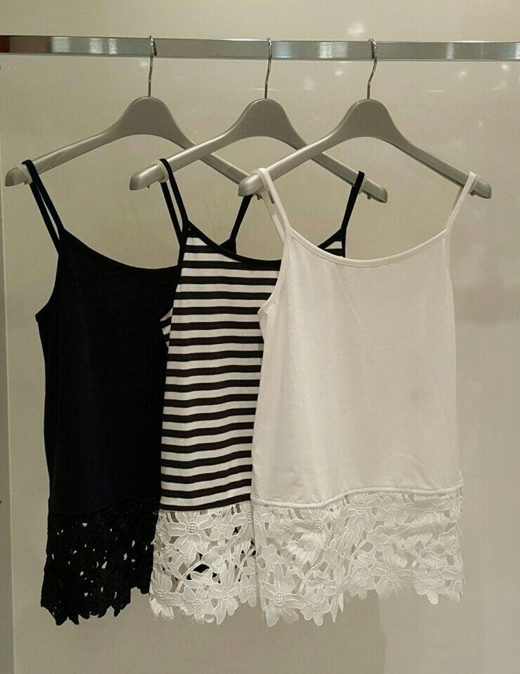 右の白を購入。ニットやカットソーの下に着て今年っぽさを出してます。ワールドワイドリパブリックにて購入。