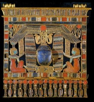 "Tanis Grab Psussenes The second pectoral Psusennes I is similar to that described above in some way. Again, the goddesses Isis and Nephthys lift (this time without wings arms) located in the middle of the winged scarab to heaven. ""I came to your protection to be"" announce the two goddesses. The scarab of lapis lazuli rises on the cartridge with the king named ""Psusennes, beloved of Amun"". I"