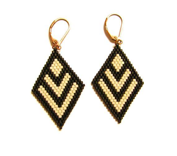 Boucles d'oreilles losanges en perles miyuki à chevrons noir mat et beige