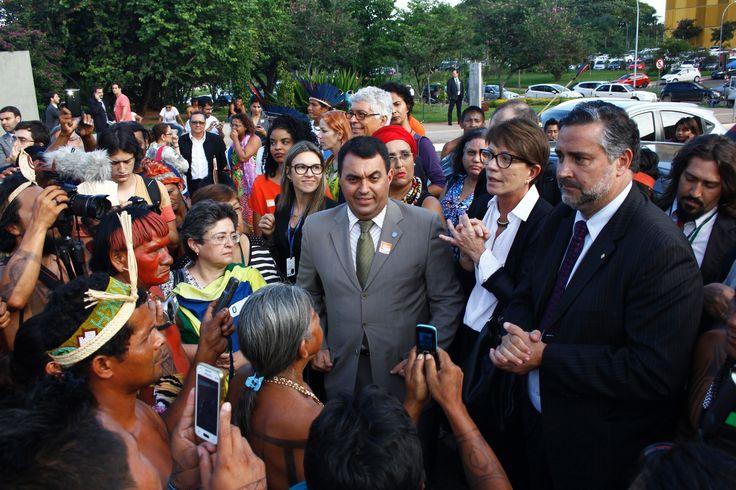 Eduardo Cunha (PMDB-RJ), impediu os indígenas dos povos Munduruku, do Pará (PA), e Xerente, Krahô, Avá-Canoeiro, Kanela de Tocantins, Karajá de Xambioá e Apinajé, do Tocantins (TO) de entrarem para participar da solenidade, na qual eram convidados, em comemoração ao aniversário de 20 anos da Comissão de Direitos Humanos e Minorias (CDHM).