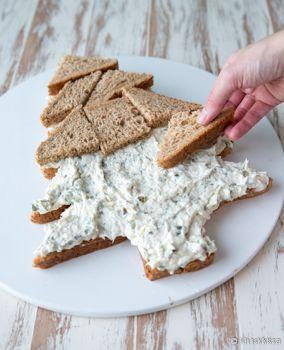Pikkujoulupöydässä suolaiset tarjottavat maistuvat glögin rinnalla ja kalakakku on taattu suosikki. Joulun kunniaksi leipäpalat voi asetella joulukuuseksi. Vinkit: Jos haluat kakulle lisää korkeutta ja riittoisuutta, tee päälle vielä yksi leipäkerros. Kuorruta se tuorejuustolla. Voit käyttää savusiian tilalla myös lämminsavustettua lohta. Gluteenittoman voileipäkakun voi tehdä gluteenittomista rouheleivistä. Katso täältä gluteenittomien viipaleleipien vertailu. Savusiikakakku 15 hengelle…