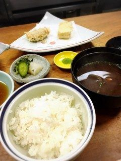今泉にある創業80年の老舗天ぷら屋さん酒宇さかうさんに行ってきました  ランチメニューの天ぷら定食をオーダー 店主が目の前で揚げてくれて アツアツを品づつ提供してくれるスタイルです  天ぷらの内容は海老豚肉の玉ねぎ巻きインゲン茄子ししとう白身魚などなど 充分な量でしたがサクサクと軽くて女性でもぺろっと食べれます セットのお味噌汁が赤だしなのも嬉しい   少し入口が解りにくいかもしれませんが 上人橋通りのボンラパス向い側辺りにありますのでぜひ探して行ってみて下さい()   酒宇 さかう 福岡県福岡市中央区今泉2-3-17  http://ift.tt/2bWlq11 tags[福岡県]