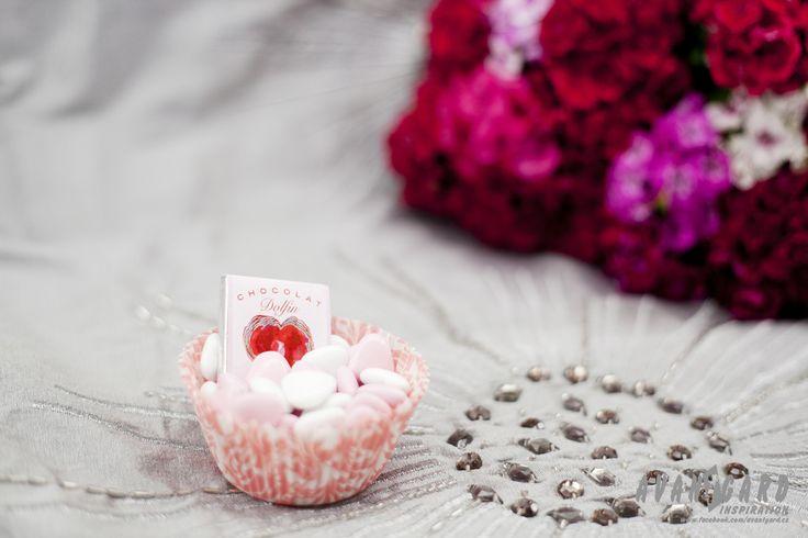 Bílé a růžové svatební mandle a čokoládky /// White and pink wedding almonds and chocolate /// Pink wedding inspiration