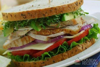 Receita de Sanduíche de frango empanado com alface em receitas de paes e lanches, veja essa e outras receitas aqui!