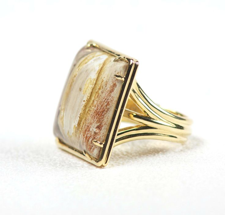 Ramo Ring Petrified Wood gemstone 18-K yellow gold (750) High polished square ring Eagle claw prongs
