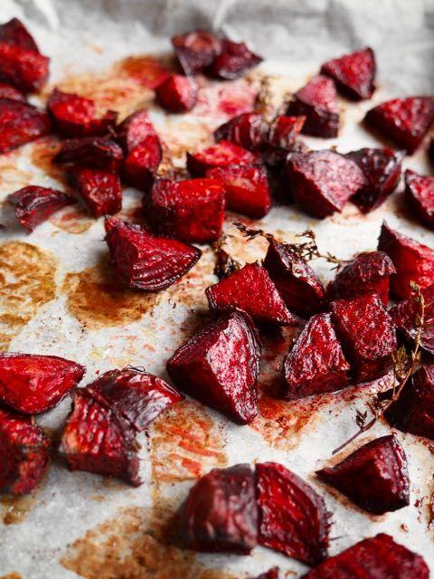 Rode biet uit de oven met honing en balsamico. Je hoeft de bietjes zelfs niet te schillen, in blokjes snijden, sausje erover en in de oven!