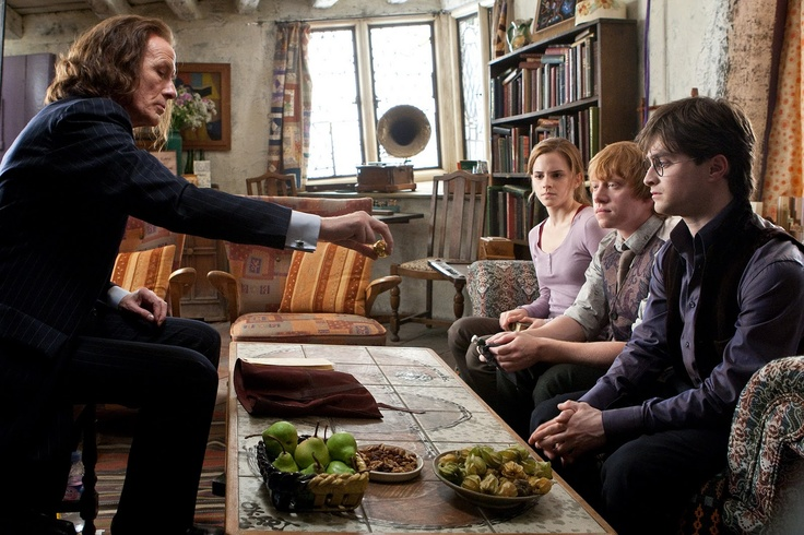 24 februari 2013: Nalaten. Foto: Bill Nighy als Minister Rufus Scrimgeour informeert (op de bank van links naar rechts) Emma Watsonals Hermione Granger, Rupert Grint als Ron Weasley en Daniel Radcliffe als Harry Potter over de nalatenschap van wijlen schoolhoofd professor Dumbledore in Harry Potter and the Deathly Hallows: Part 1