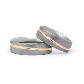 Hochwertige Eheringe in Titan 750 Gold Ringform: außen abgerundet, innen bombiert. Dadurch entsteht ein angenehmer Tragekomfort.