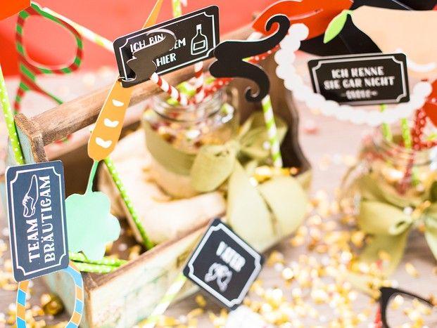 Partystimmung auf der Hochzeitsfeier - mit Fotobox Accessoires - Party on! Mit den richtigen Fotobox Utensilien rockt die Hochzeitsfeier.  Photobooth Probs machen Stimmung, besonders als kostenloser Download. Sichert Euch jetzt unsere Vorlage zum selber machen. #diy #fotobox #accessoires #party #hochzeit #fun #braut #entertainment
