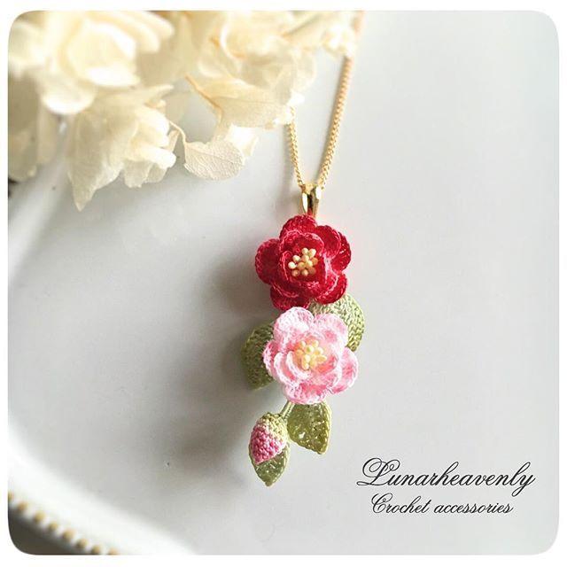 椿のネックレスは、縦にお花を集めたタイプも。 #椿 #アリヴェデパール #花のひとひら展 #Lunarheavenly #かぎ針編み #レース編み #レース編みアクセサリー #crochet #camellia #necklace