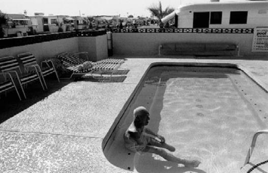"""""""Colonia de retirados"""" - 1985/1992 - Yuma, Arizona, Estados Unidos - Negativo b/n, 35mm  - Imagen modificada digitalmente - Derechos reservados de todo el Web Site © Copyright 2008 Pedro Meyer"""