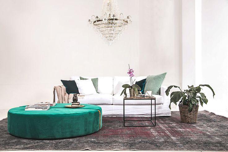 Grön baggen pall, sammet, sammetspall, fotpall, puff, sittpuff, skinnrem, kuddar, soffa, möbler, vardagsrum, inredning