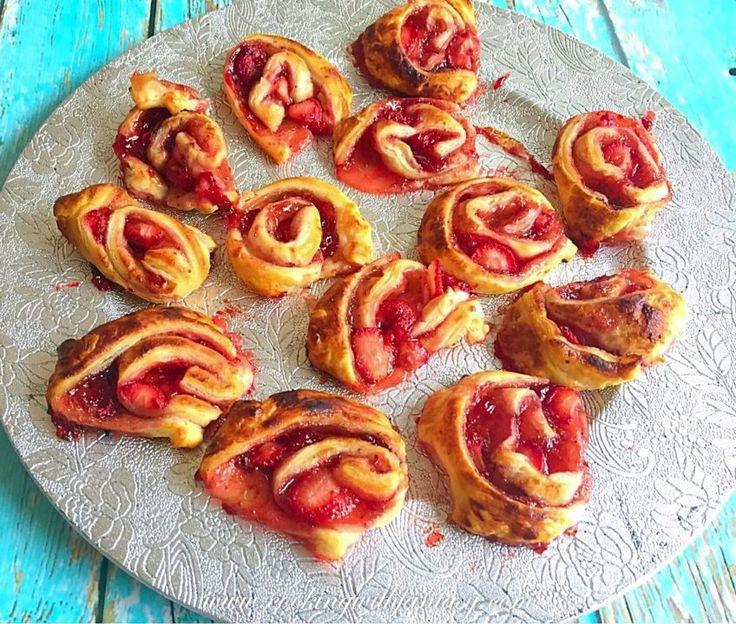Elkészítés Tényleg ígérem, hogy ez az utolsó epres recept. Na jó, ugye már tényleg elárultam, hogy mennyire szeretem. ???? Szóval itt egy epres tekercs recept, és egyben az utolsó. A…