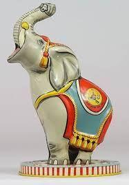 Anch'io avevo un elefante di latta! Nella proboscide aveva un ombrellino, che girava azionando un interruttore. La batteria era nella base. Amarcord