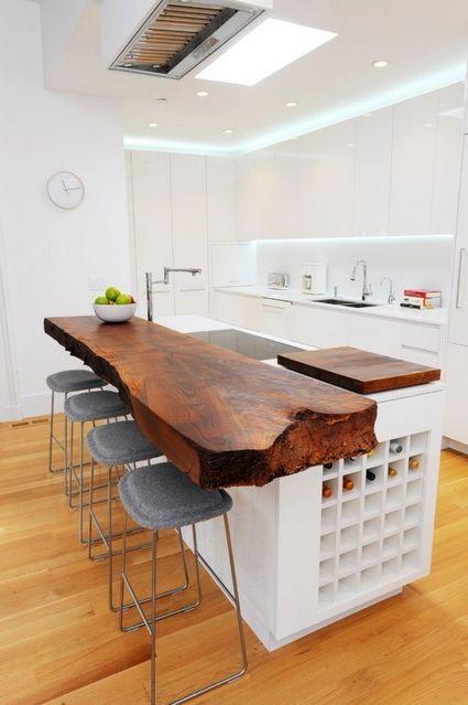 Una cocina elegante con un toque rústico.  La madera en la cocina como en cualquier parte siempre da un toque diferente, una cocina lacada con gola sin tirador y destaca la barra con el tablón macizo de madera.  A mi me gusta mucho ¡¡¡¡