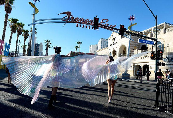 Οι κάτοικοι του Λας Βέγκας  παίρνουν μέρος με ονειρικές ενδυμασίας στην ετήσια γιορτή «Η  ζωή είναι όμορφη».