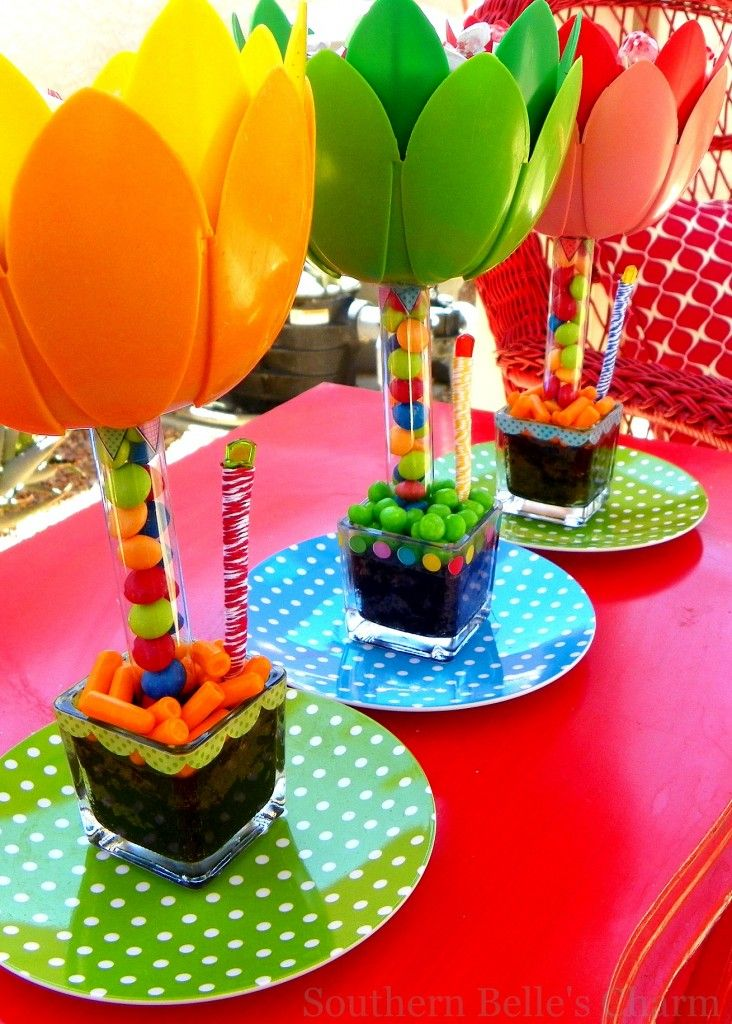 Such a cute idea for a center piece.: Summer Pools Parties, Spring Flowers, Kids Parties, Candy Centerpieces, Sweet Treats, Cute Ideas, Parties Ideas, Kids Birthday Centerpieces, Parties Centerpieces