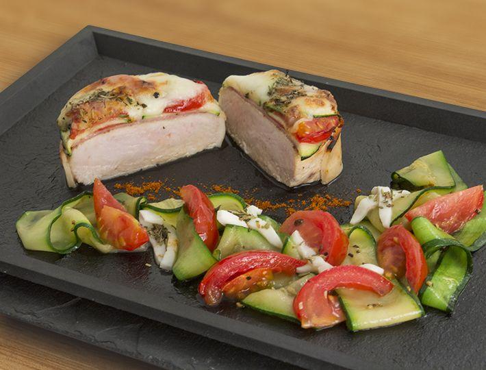 Le Mille-feuille de tournedos dinde au bacon, mozzarella et courgettes est une recette qui allie présentation raffinée et simplicité de réalisation.