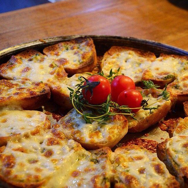 Denemeniz için ısrar ediyoruz! #Kaserol Peynirli Sarımsaklı Ekmek Dilimleri #yummy #ekmek #foodgasm #foodart #foodoftheday #foodporn #instafood #istanbul #cheese