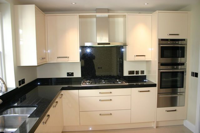NEW COMPLETE HIGH GLOSS CREAM KITCHEN, 11 UNITS All Softclosing NO RESERVE