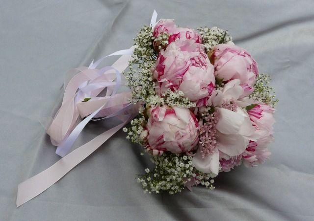 Quel bouquet de mariée choisir ? Les ronds, les chutes, les cascades, les classiques, les contemporains et les originaux jusqu'aux extravagants !... il y a de quoi s'y perdre ! Futures mariées, voilà deux questions à vous poser : quelle est la forme et le style de ma robe ? Et quelles fleurs je veux pour mon bouquet ?