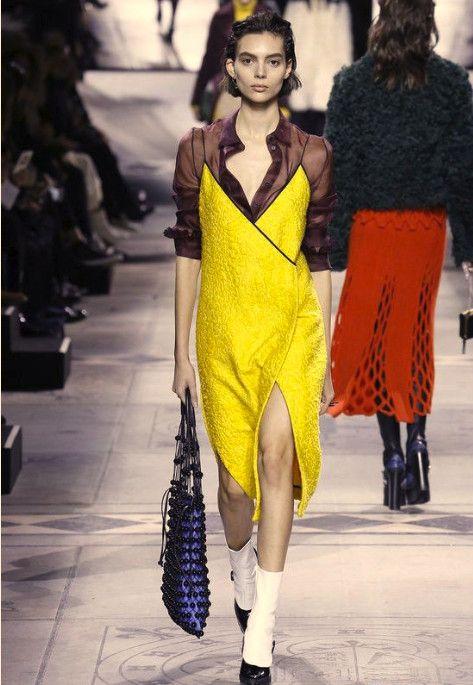 Яркое платье с блузой