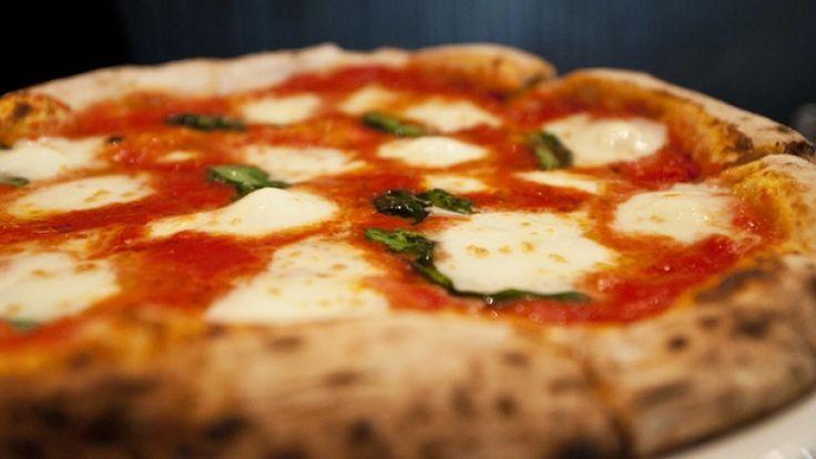 Pizza Margherita fatta in casa, ricetta originale. Pizza pomodoro e mozzarella