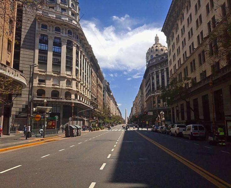 A França na Argentina e o Obelisco - Buenos Aires  . Muito da Arquitetura portenha vem da vontade que Buenos Aires tinha em ser e estar em Paris. A Av. Pres. Roque Sáenz Peña constrasta um pouco disso. Além disso olha ele lá o Obelisco ! Um dos símbolos da cidade. Essa caminhada foi parte do incríveltour com o arquiteto @edu.baro durante o encontro de blogs da #BuenosBlogs #DescubraBuenosAires . #centrodebuenosaires #aosviajantes #Argentina #BuenosAires #BlogDeViagem #wanderlust