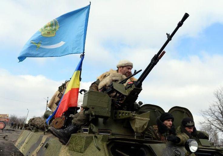 2 / 3 Ukraine: dans les gravats de Debaltseve des femmes affamées et des rebelles hilares Des rebelles prorusses armés sur un véhicule blindé circulent le 20 février 2015 dans Debaltseve (est de l'Ukraine), ville que les forces ukrainiennes ont du fuir