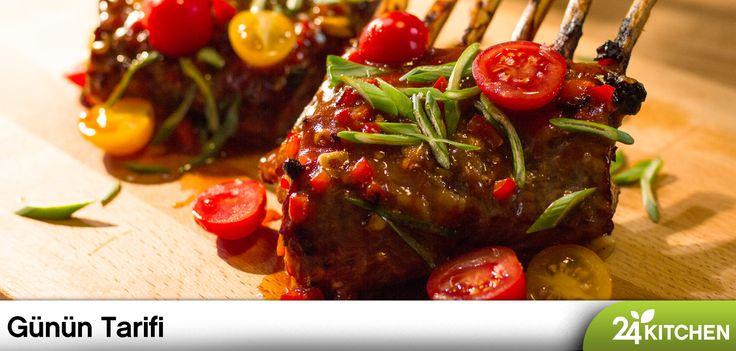 Önemli misafirlere özenli tarifler yakışır!  Ev yapımı barbekü sos tarifini de kaybetme, diğer et yemeklerinde de kullanabilirsin!  #gununtarifi: Taze Soğanlı Kuzu Pirzola BBQ