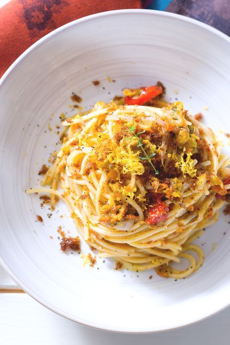 Pasta con fiori di zucca e bottarga: un abbinamento particolare per un primo piatto da veri gourmet.  [Pasta with zucchini flowers and bottarga]