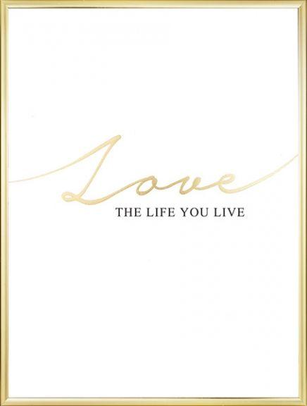 """Typografie-Poster mit Text in Gold und Schwarz, """"Love the life you live"""". Gedruckt mit luxuriöser Goldfolie. Das Poster passt ausgezeichnet zu einem schwarzen oder weißen Rahmen. Auch neben anderen Postern in Gold, zum Beispiel dem Poster """"Live gold"""", macht dieses Motiv eine gute Figur.  www.desenio.de"""