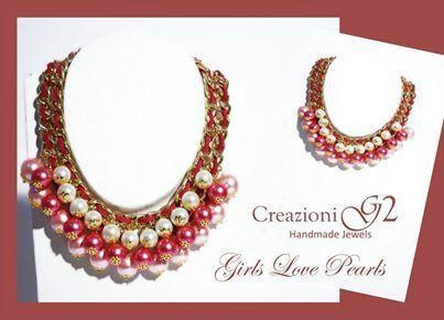 Perle in 3 dimensioni nei toni del rosa cipria, rosa shocking e bianco, catena gold e camoscio intrecciato in tinta...