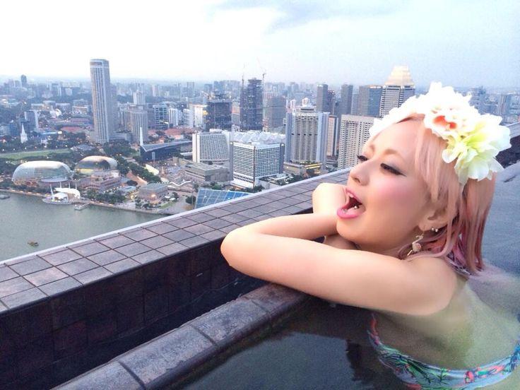 えー!!ニーコ素敵なところにいるねー!! RT @NEEKO21: プールのはしっこギリギリ。 温泉みたいだなw pic.twitter.com/hHp5lRASbD