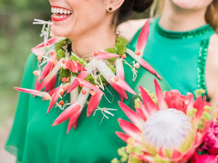 En av brudtärnorna har ett häftigt halssmycke som floristen har skapat av kungsprotea och santini.