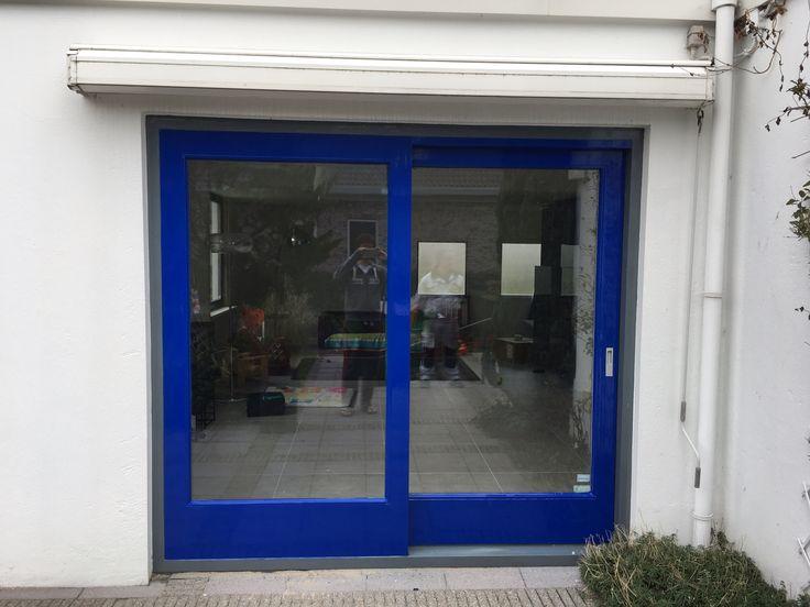 Schuifdeur aanbouw in ral 5002 ultramarijn blauw. Een hele verbetering t.o.v. de oude kleur. Overig schilderwerk zal ook deze aangepaste kleur krijgen
