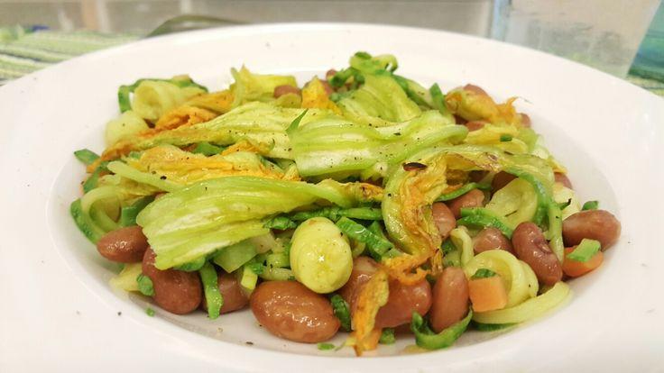 """""""Spaghetti"""" vegetetariani  di zucchine  Ingredienti: Spaghetti di zucchine con fagioli al vapore saltati con olio aglio, sedano, carote e peperoncino."""