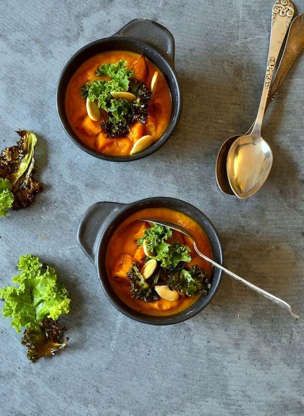 Skøn cremet suppe af hokkaido græskar, gulerod og peberfrugt med sprød grønkål